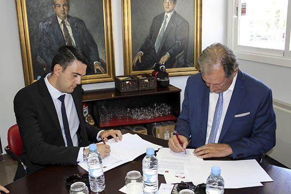 El presidente del Colegio de Graduados Sociales de Murcia firmando el acuerdo de colaboración con Grupo2000
